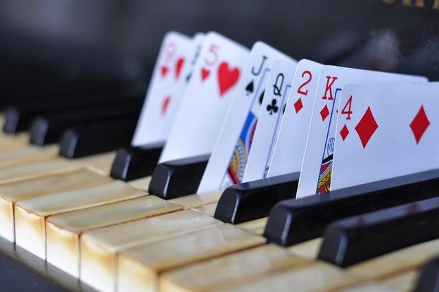 karty a piano.jpg