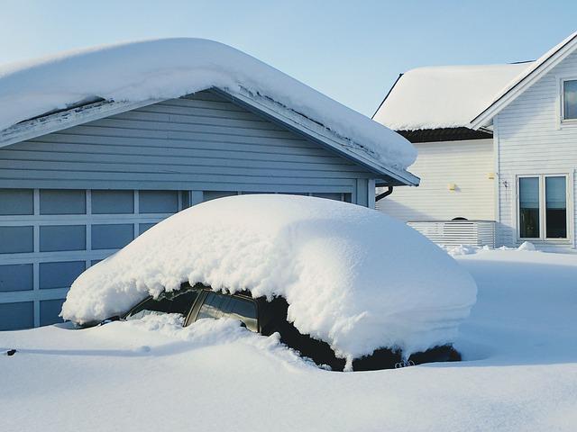 auto pokryté sněhem