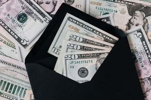 peníze v černé obálc